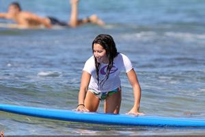 http://img288.imagevenue.com/loc532/th_746359167_45368_ashley_tisdale_surfing_in_hawaii_on_december1_122_532lo.jpg